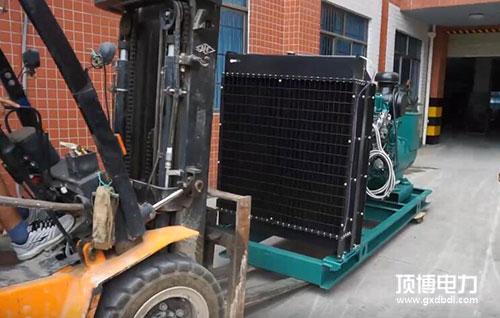 广西发电机厂家顶博电力正在装载柴油发电机组