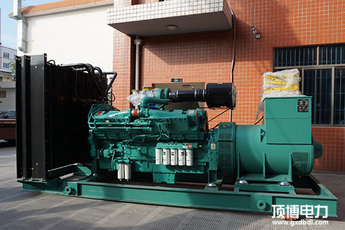1200KW康明斯发电机停入仓库