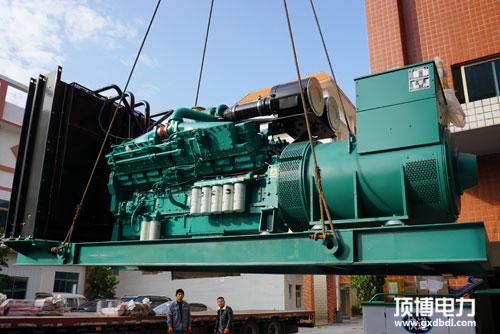 600KW康明斯柴油发电机组装载中